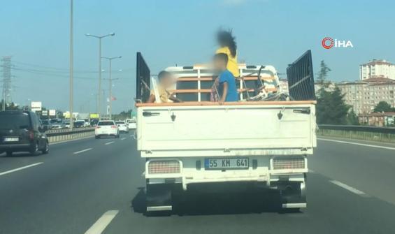 Çocukların kamyonet kasasındaki tehlikeli yolcuğu kamerada
