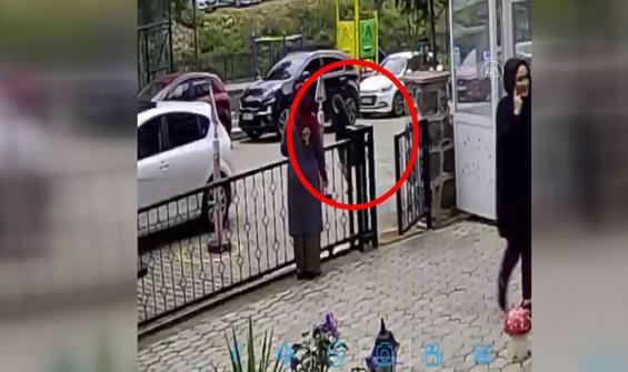 Otomobilin çocuğa çarpma anı güvenlik kamerasında