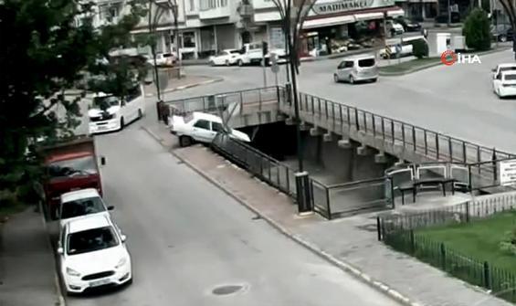 Servis aracının çarptığı otomobil dereye uçtu