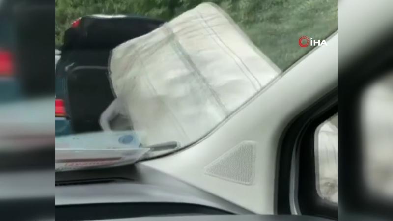 Bagaja oturan kağıt toplayıcısı el arabasını böyle çekti