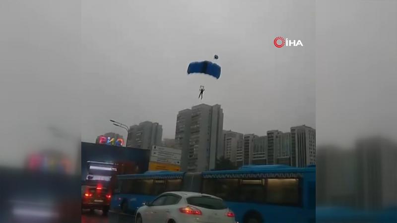 Fırtınada savrulan paraşütçüler caddeye indi