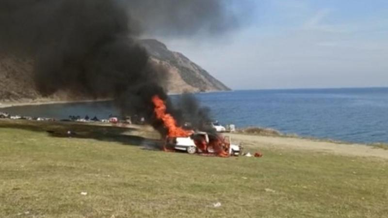 Önünde piknik yaptıkları araç cayır cayır yandı!