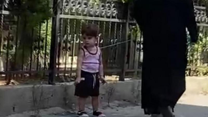 Çocuğu, beline ip bağlayıp gezdirdi!