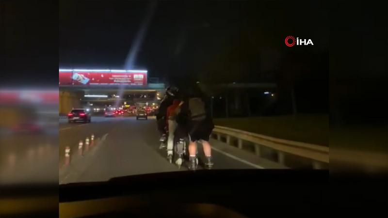 Motosikletin arkasında tutunan patenli gençlerin tehlikeli yolcuğu kamerada