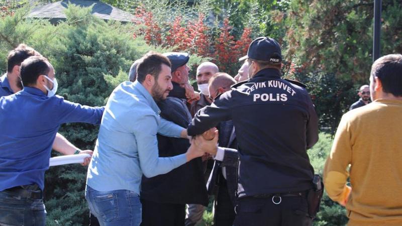 HES kodu göstermek istemeyen bir kişi, polise yumruk attı!