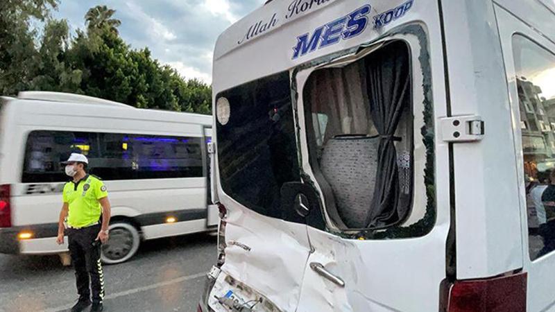 Mersin'de can pazarı! Özel halk otobüsü ile minibüs çarpıştı