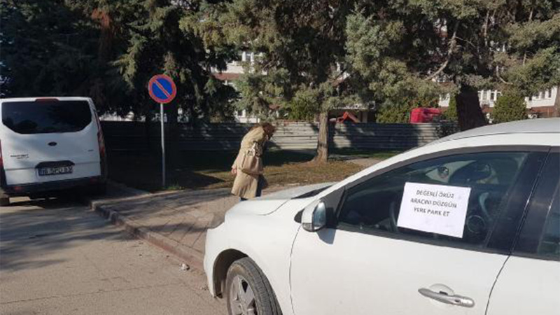 Otomobilini kaldırıma park eden sürücüye not yazdı: Değerli öküz...
