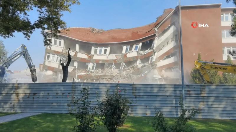 Hükümet Konağı yıkım çalışmasında çöktü!