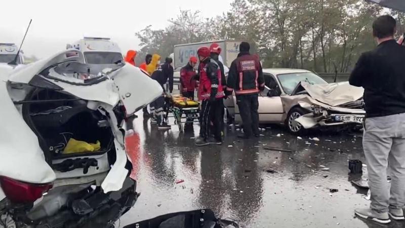 TEM'de 27 araç birbirine girdi! Trafik durdu, çok sayıda yaralı var
