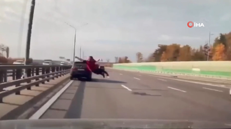İntihar etmeye çalışırken arabaların önüne böyle atladı!