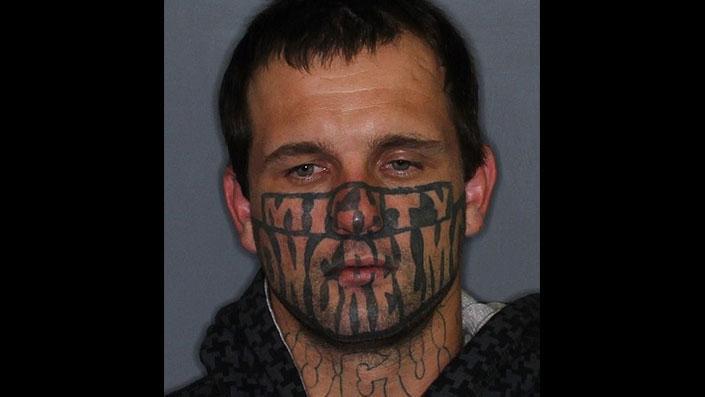 Yüzü dövmeyle kaplı mahkum firar edince alay konusu oldu!