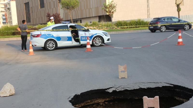 Caddede oluşan 6 metre derinliğindeki obruk korkuttu