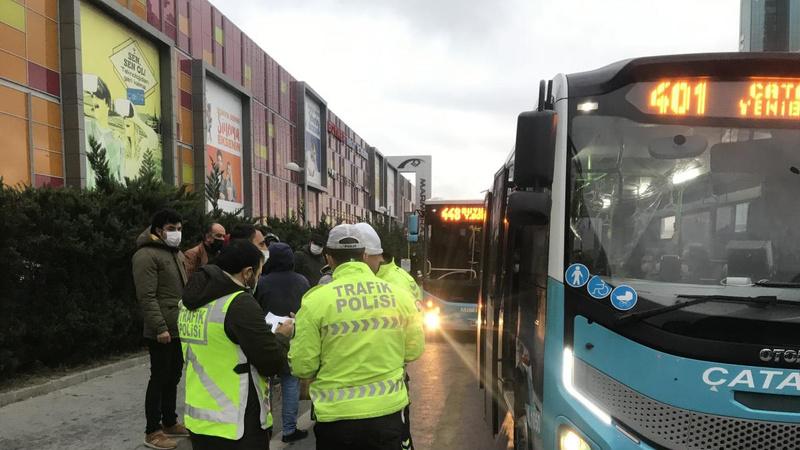 Minibüsten indirilen yolcudan polise tepki