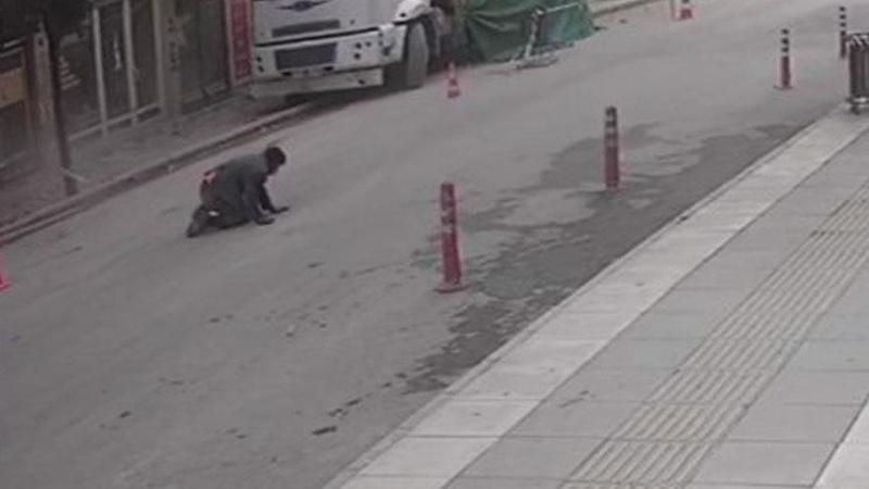 Deprem esnasında bir kişi pencereden yola atladı