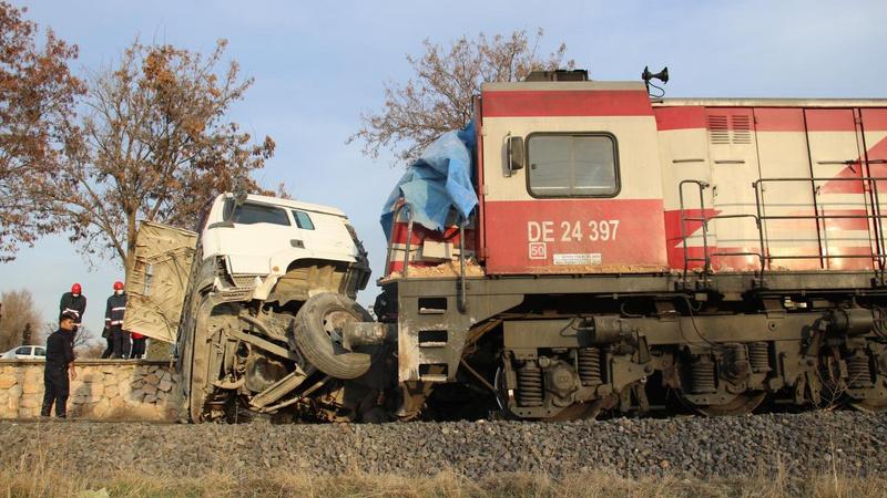 Tren, çarptığı TIR'ı 100 metre sürükledi