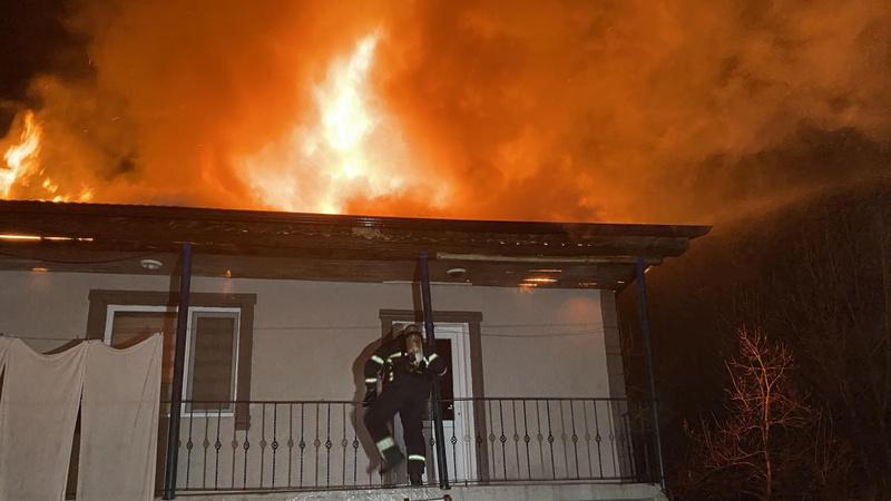 Elektrik trafosu patladı, 2 katlı ev alev alev yandı