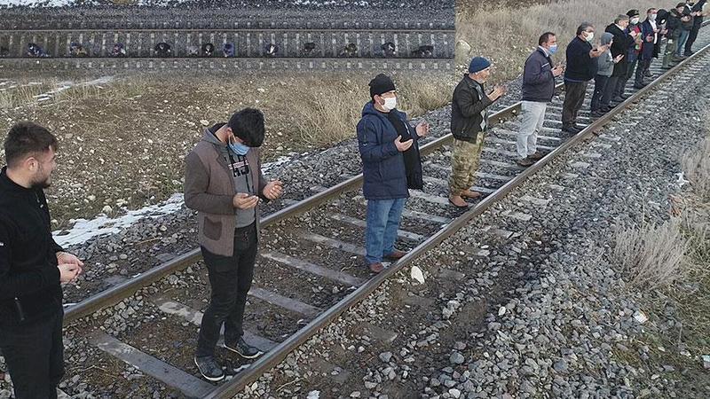 Tren raylarına sıralanan köylülerden 'kar' duası