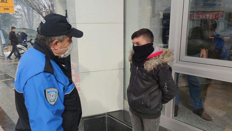 """Polisten babasını bekleyen çocuğa: """"900 lira fazla çeksin"""""""
