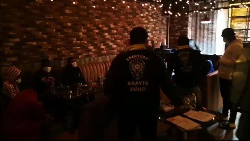 """""""Tadilatta"""" afişi asılı kafeye parti baskını"""