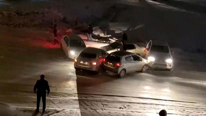 Buzlanan yolda 5 aracın çarpışması kamerada