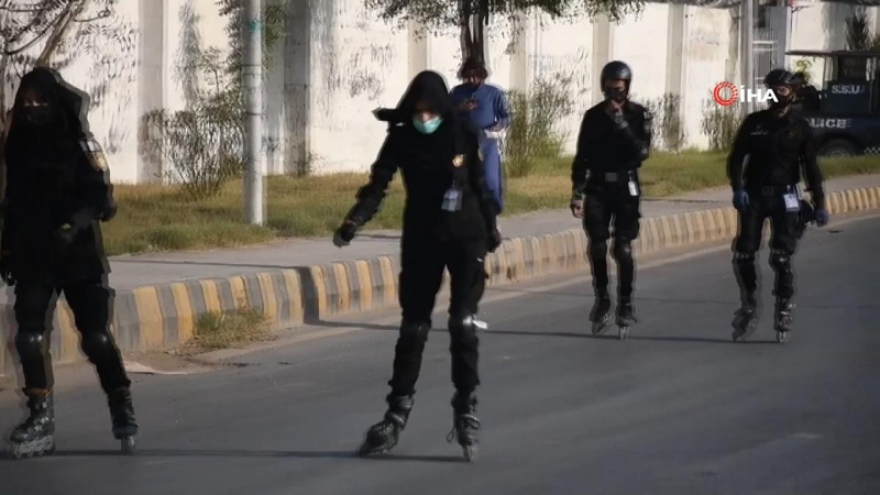 Pakistan'da patenli polisler iş başında!