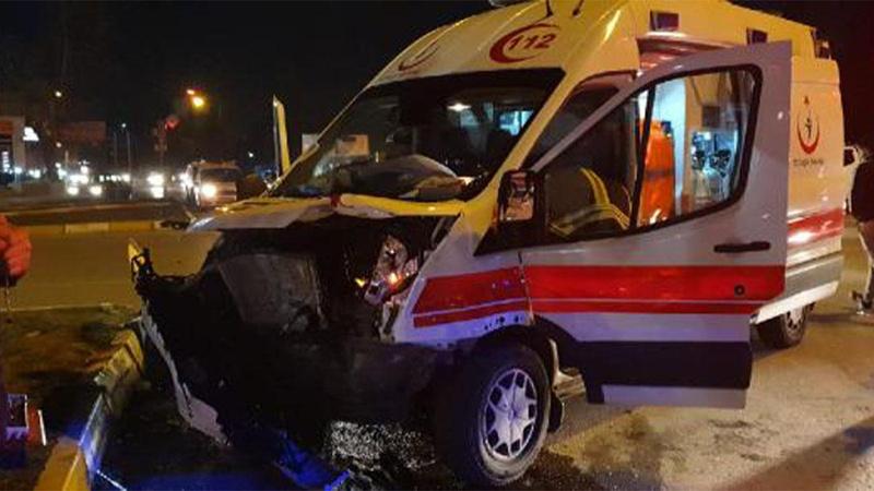 Ambulans ile otomobil çarpıştı! Çok sayıda yaralı var