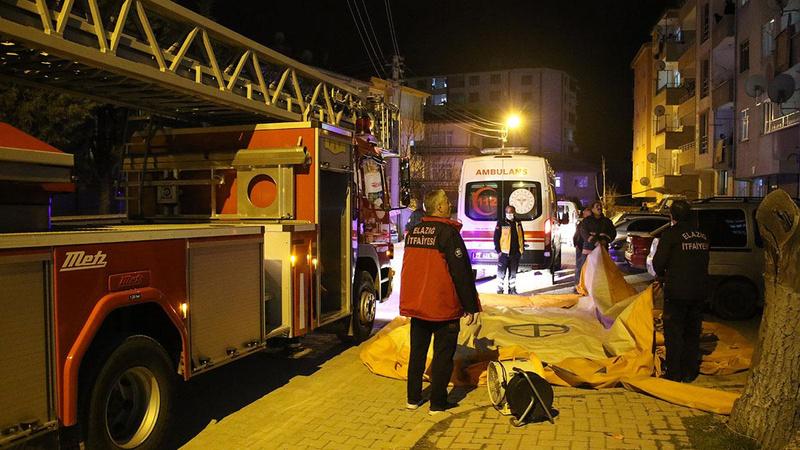 Genç kızı polis oyaladı, itfaiye kurtardı