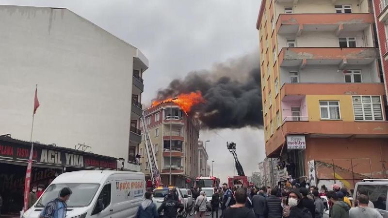 Esenyurt'ta bina çatısında yangın