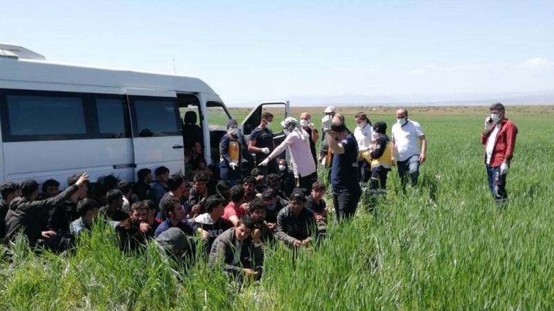 15 kişilik minibüsten 56 göçmen çıktı! Kaçmaya çalıştı