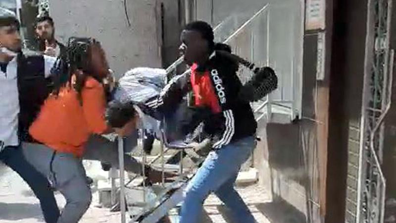 Parası çalınan Afrikalılar ile hırsız arasında kavga