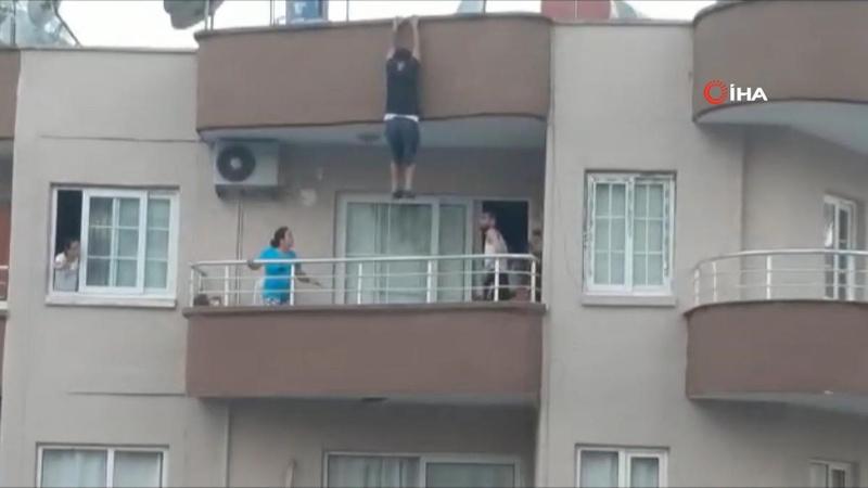 Asılı kaldığı çatıdan kendini evin balkonuna atarak kurtuldu