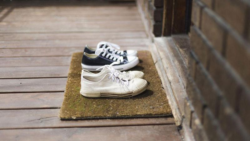 Ülkede anket yapıldı: Eve girerken ayakkabı çıkartılmalı mı?