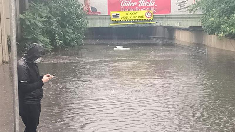 İstanbul'da şiddetli yağış!Araç suya gömüldü...