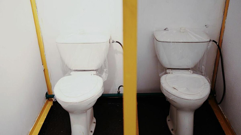 Tuvalete düşen telefonunu almak isterken başına bu da geldi!