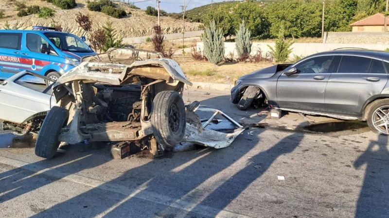 Feci kaza! Şiddetli çarpışmada minibüs ikiye bölündü