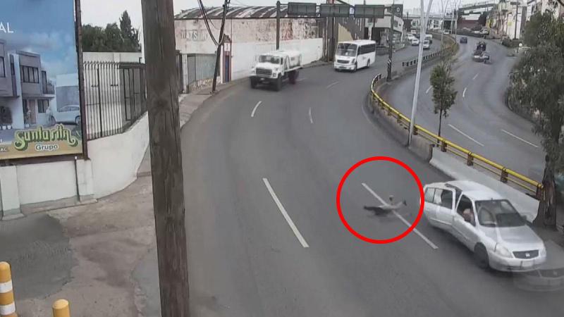 Küçük çocuk seyir halindeki araçtan yola düştü!