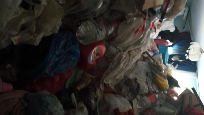 60 yaşındaki kadının evinden 4 kamyon çöp çıktı!