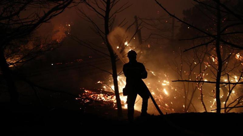 Atina'nın kuzeyinde alevler yeniden yükseldi