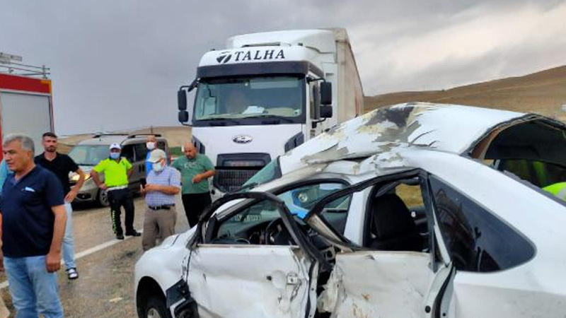 TIR'ın çarptığı otomobildeki anne kız yaralandı