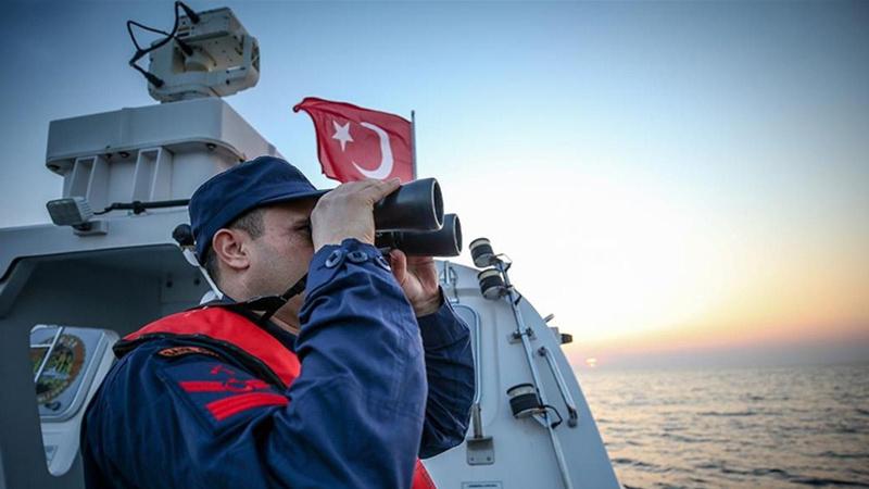 Kuşadası'nda Türk kara sularına itilen göçmenler kurtarıldı