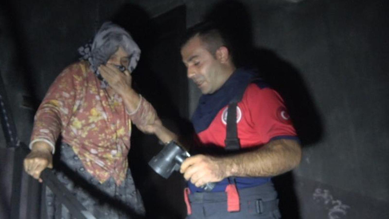 Alevler arasında kalan yaşlı kadın son anda kurtarıldı