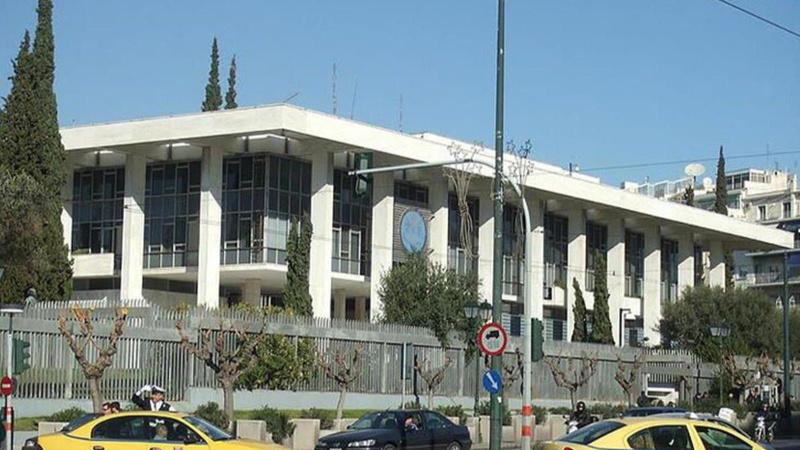 Büyükelçilik önünde protesto: Kendini yakmak istedi