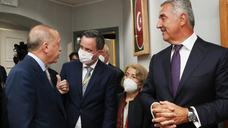 Cumhurbaşkanı Erdoğan Karadağ'da Sefaret Binası'nı gezdi