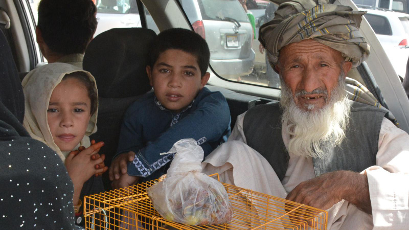 Pakistan'a gitmek isteyen Afganlar sınırda bekleyişte