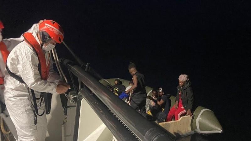 Türk kara sularına itilen 120 göçmen kurtarıldı
