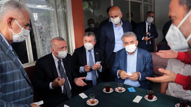 Cumhurbaşkanı Erdoğan vatandaşlarla kıraathanede sohbet etti