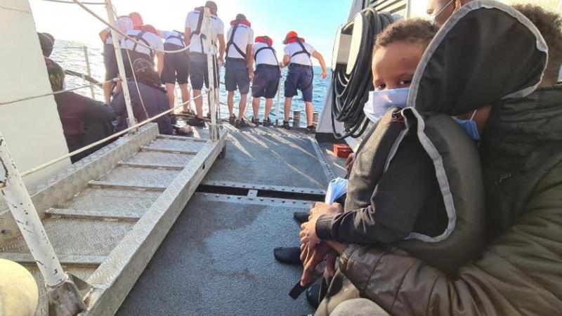 Türk kara sularına itilen 30 göçmen kurtarıldı
