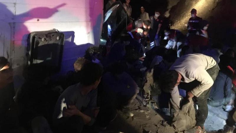 Kaçak göçmenleri taşıyan minibüs devrildi: 9 yaralı