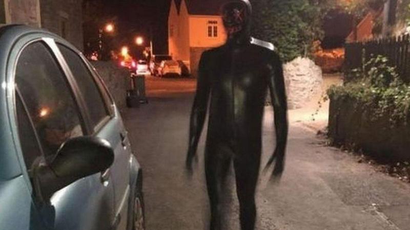 Koşarak kaçtı! Polis maskeli, çıplak adamı arıyor