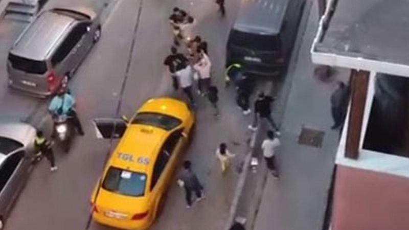 Taksici ve müşteri birbirine girdi! O anlar kamerada